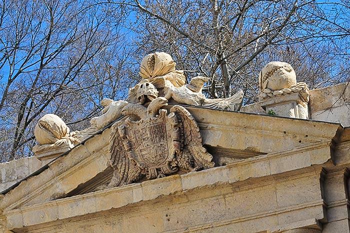 Puerta De Las Granadas En La Alhambra En Waste Magazine